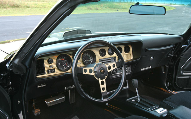 picture of Pontiac Trans-Am, 1977, black/gold Bandit, interior